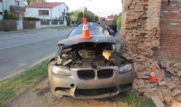 Řidič v BMW havaroval do zdi stavení v Plotištích (26. 4. 2020).
