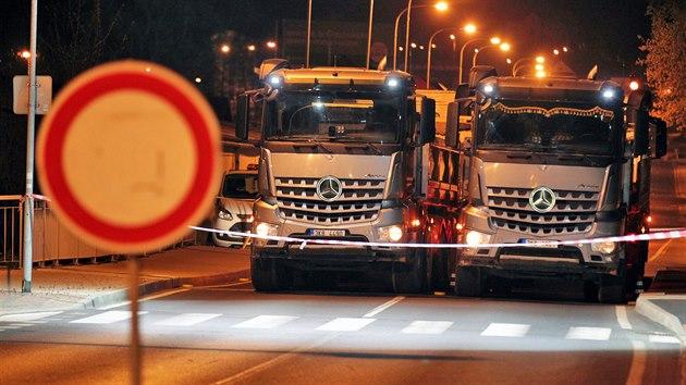 Zatěžkávací zkouška mostu kpt. Jaroše v karlovarské čtvrti Dvory. K zatížení mostu pro testy a měření byla využita čtyři nákladní vozidla každé o hmotnosti 32 tun, několik hodin trvající zkouška se konala v noci z pátku 24. dubna na sobotu 25. dubna a vyžádala si úplnou uzavírku provozu. (24. dubna 2020)