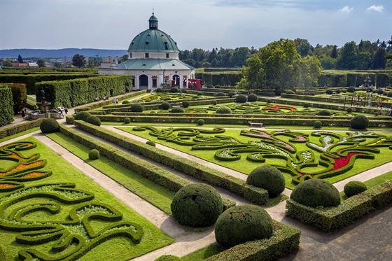 Pohled na rozkvetlou Květnou zahradu ze střechy tamní kolonády je potěšením pro...