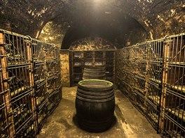 Milovníci vína si přijdou na své v Arcibiskupskıch vinnıch sklepech.