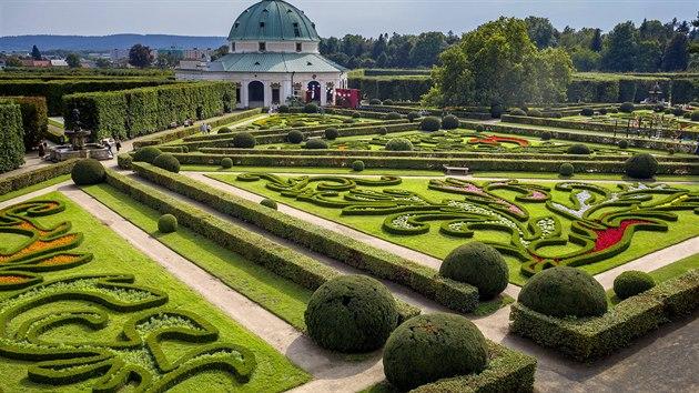 Pohled na rozkvetlou Květnou zahradu ze střechy tamní kolonády je potěšením pro oko milovníka historie i květin.
