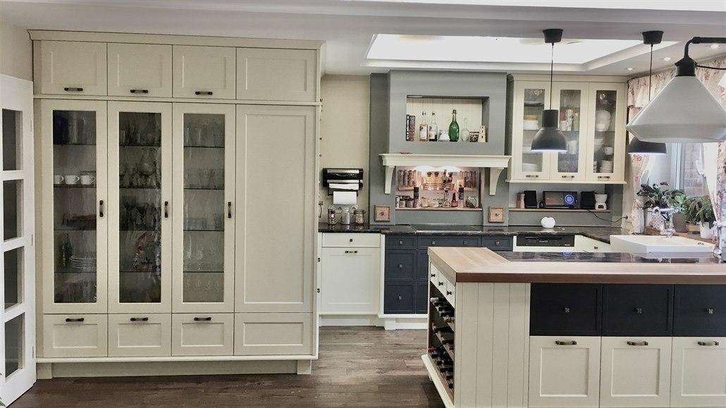 Romantická kuchyň ve stylu Provence má podle přání i krb a vinotéku