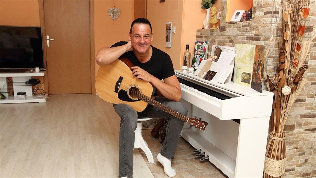 Italský zpěvák Mattioli žije 21 let v Česku. Rodinné štěstí mu nevydrželo