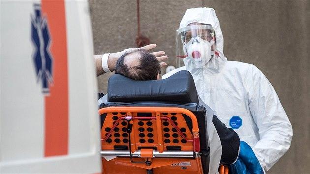 Taxikáře Roberta Markoviče (na snímku zády) nakaženého koronavirem, kterı jako první v Česku dostal experimentální lék remdesivir, propustila pražská Všeobecná fakultní nemocnice do domácího léčení. (5. května 2020)