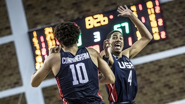 Cade Cunningham (vlevo) a Tyrese Haliburton slaví úspěch americké juniorské reprezentace.