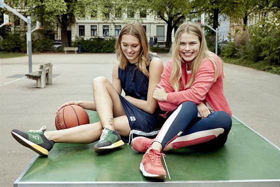 Sportovní oblečení se dnes nemusí nosit pouze do tělocvičny. Některé kousky lze...
