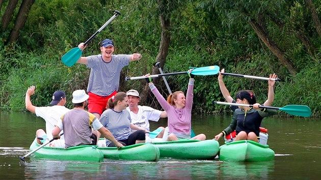 Půjčte si loď v Berouně a užijte si vıhledy na okolí z řeky Berounky.