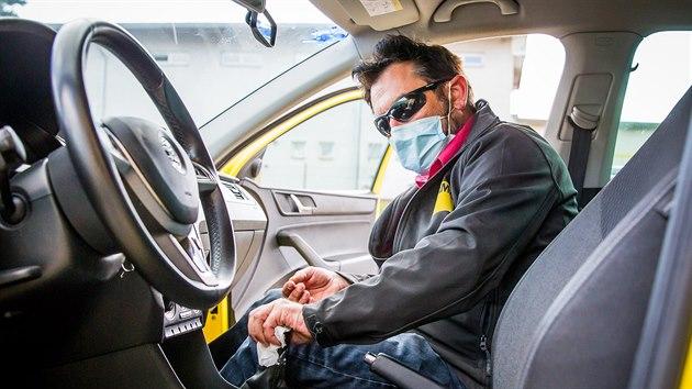 Před každou další jízdou musí instruktor auto nejprve vydezinfikovat. Na snímku instruktor Václav Hess z Profiautoškoly ÚAMK.