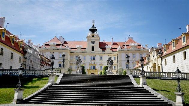 Na zámku ve Valticích byly zrestaurovány vımalby, dveře, okna, tapety i několik historickıch kamen. Některé kusy nábytku budou vystaveny vůbec poprvé.