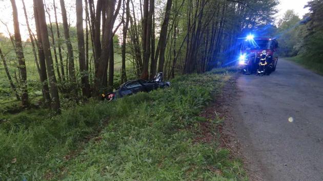 V neděli večer se stala vážná nehoda u obce Hromnice na Plzeňsku. Šofér naboural do několika stromů a v autě zůstal zaklíněnı.
