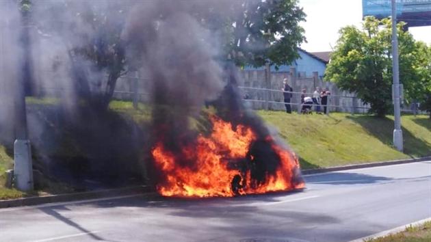 Požár mercedesu zablokoval Rokycanskou třídu v Plzni směrem na Prahu. (19. 5. 2020)