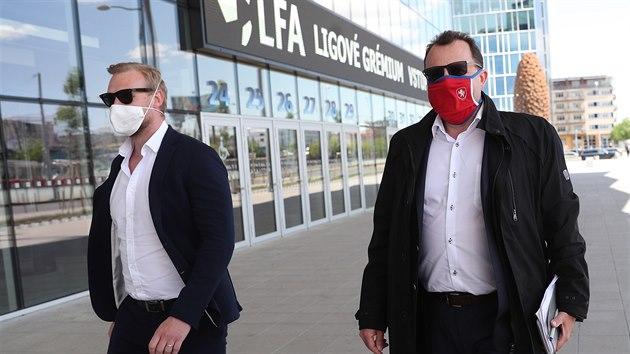 Martin Malík (vpravo), předseda Fotbalové asociace ČR, přichází na Ligové...