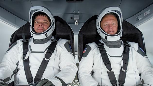 Posádka prvního pilotovaného letu lodí společnosti SpaceX k ISS. Zleva: Robert Behnken, Douglas Hurley