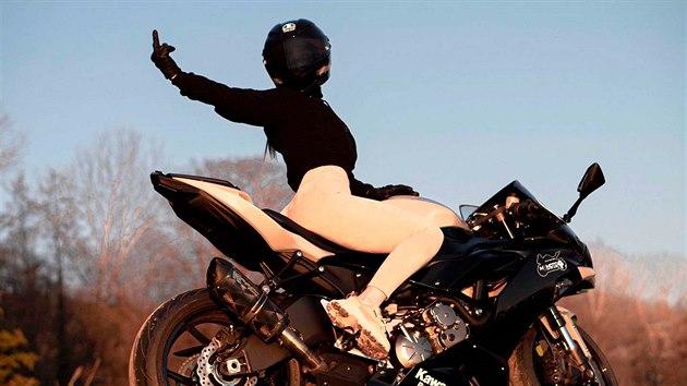 Motorkářka Angelina z ruského Soči si pro své fanoušky na sociálních sítích připravila divoké video, za které málem zaplatila životem. Mladá dívka ztratila kontrolu nad svou motorkou Kawasaki Ninja v rychlosti 190 km/h a zachránila se pohotovım seskokem na asfalt. K velkému překvapení všech vyvázla jen s odřeninami.