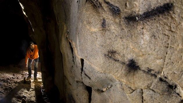 """Kresba z Kateřinské jeskyně v Moravském krasu vytvořená před 6 200 lety byla považována za nejstarší v Česku. """"Trumflo"""" ji však dílo ze stejné jeskyně zhruba o tisíc let starší."""