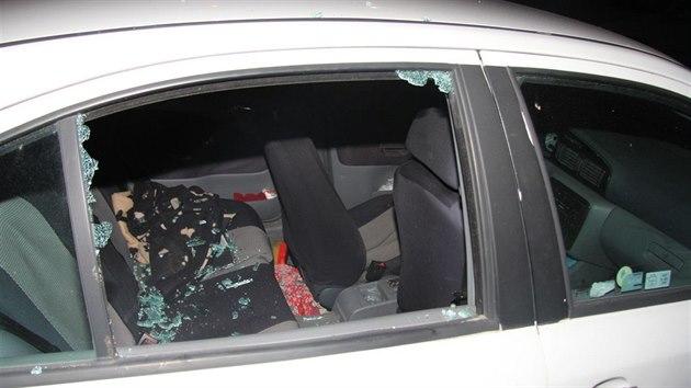 Opilá žena v Brně poškodila tři auta propanbutanovou láhví.