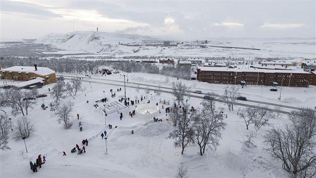 Severošvédské město Kiruna s dolem v pozadí