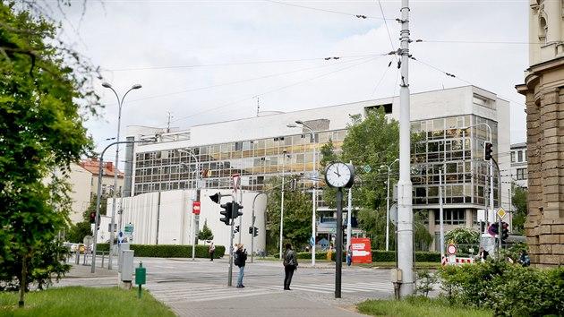 Budova polikliniky přes ulici sousedí s budovou Krajského úřadu Jihomoravského kraje.