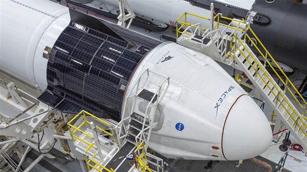 Spojování rakety Falcon 9 a lodi Crew Dragon
