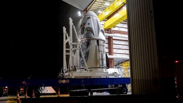 Loď Crew Dragon převezena do místa sestavení rakety