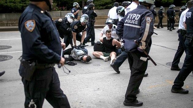 Policisté zasahují proti demonstrantům v New Yorku, kteří protestovali proti smrti černocha George Floyda. (3. června 2020)