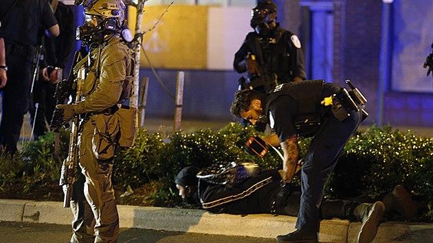 Policista zadržuje demonstranta v americkém Richmondu. (31. května 2020)