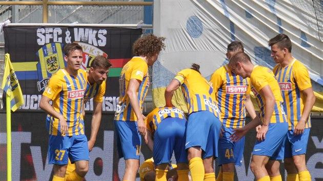 Fotbalisté Opavy se radují z úvodního gólu v zápase se Slováckem.