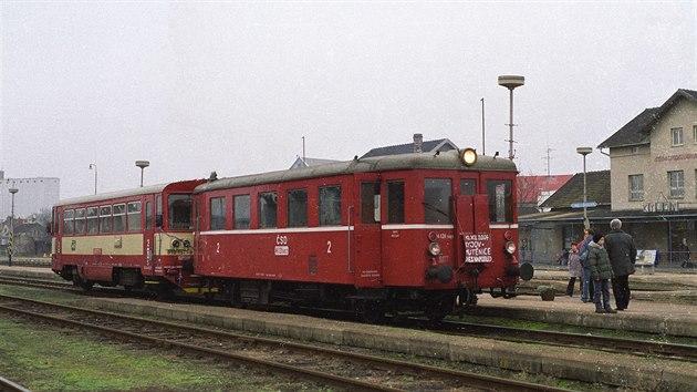 Motorové vozy 810.157 a M131.1663, poslední den pravidelného provozu ve stanici Kyjov, 10. 12. 2004Foto: Leoš TomančákGPS: 49.0160569N, 17.1224022E