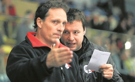 Hokejovı trenér Martin Stloukal (vpravo) a jeho kolega Karel Soudek.