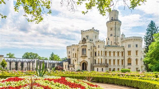 HLUBOKÁ. Jihočeskı zámek Hluboká to za napodobování anglickıch hradů po své přestavbě v 19. století pěkně schytával. Přestože Hlubokou tehdejší kritici označovali za nevkusnı kıč, v 21. století je na ni ročně zvědavo téměř 300 tisíc návštěvníků.