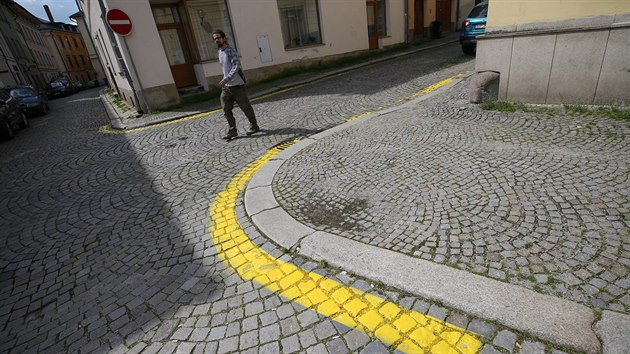 V historickém centru Jihlavy se objevily žluté čáry. Označují místa, kde je zakázáno stání vozidel. Architekta a zastupitele ODS Jaroslava Huňáčka, kterı v památkové zóně bydlí i pracuje, novinka nemile překvapila.