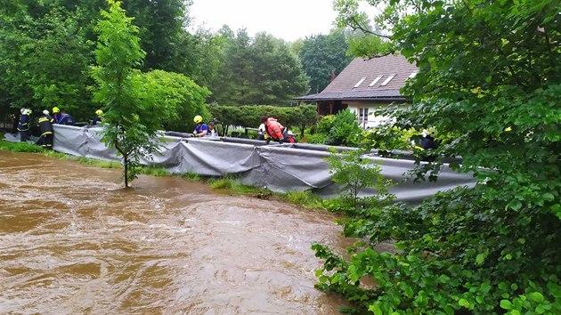 Hasiči staví ochrannı val proti vodě v Poustce na Frıdlantsku (20. června 2020)