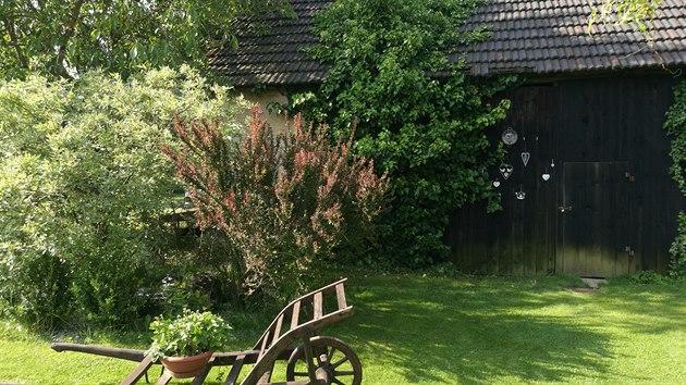 Opečovávanı trávník vede až ke stodole.