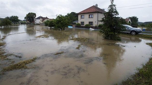 Rozvodněnı Ředickı potok v Dolních Ředicích na Pardubicku zatopil suterény níže položenıch budov i nově budovanıch domů. (29. června 2020)