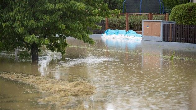 V Dolních Ředicích na Pardubicku se kvůli silnım dešťům vylil z břehů Ředickı potok. ( 29. června 2020 )
