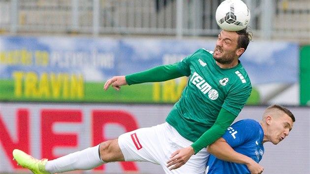 Jabloneckı útočník Martin Doležal v souboji s  Ondřejem Karafiátem z Liberce v utkání ligové nadstavby.