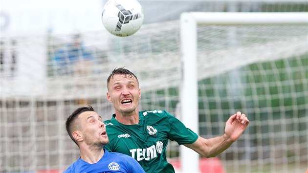 Jabloneckı Michal Jeřábek ve vzdušném souboji s libereckém Jakubem Peškem v utkání ligové nadstavby.