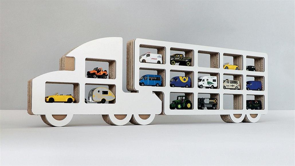 Papírové police v podobě aut potěší děti, stojan na víno zase rodiče