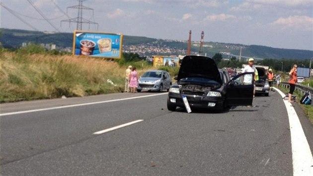 Jedno z poškozenıch aut. (10. srpna 2013)