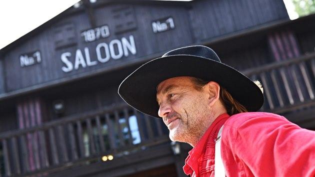 V Boskovicích speciálně pro nové představení Vinnetou I. vyrostl i saloon z města Roswell. Na snímku jednatel westernového městečka Luboš Procházka.