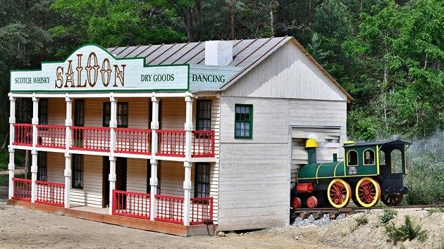 Stavba kulis zabrala tvůrcům několik měsíců. V jedné ze scén narazí lokomotiva do saloonu, v němž se předtím opevnili bandité.