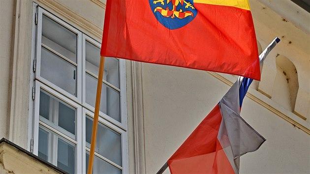 Na budovu radnice v Ivančicích na Brněnsku vyvěsili vedle české i moravskou vlajku. Za iniciativou, při níž vlajku tradičně vyvěšují obce na jižní Moravě, stojí spolek Moravská národní obec. ((4. července 2020))