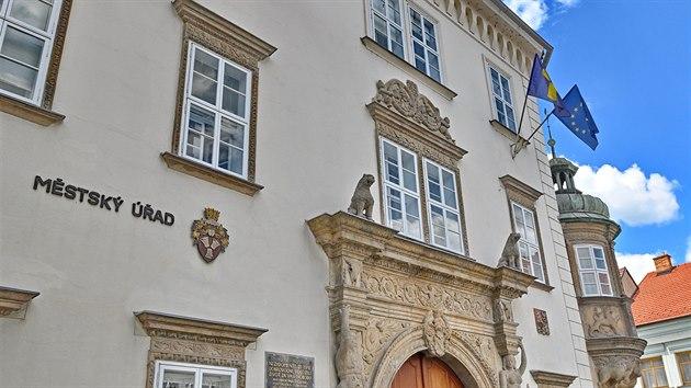 Na budovu radnice v Ivančicích na Brněnsku vyvěsili vedle české i moravskou (vlevo) vlajku. Za iniciativou, při níž vlajku tradičně vyvěšují obce na jižní Moravě, stojí spolek Moravská národní obec. (4. července 2020)