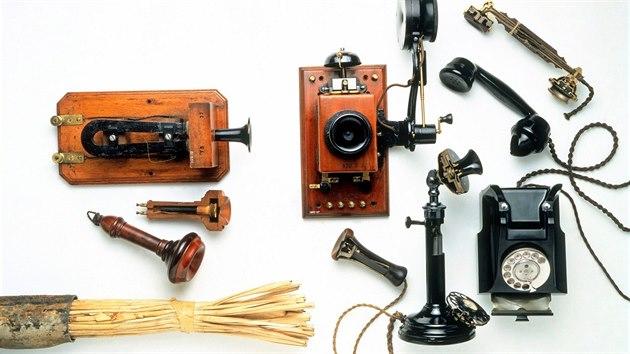 Alexander Graham Bell je považován za vynálezce telefonu. Na snímku sbírka prvních telefonů.