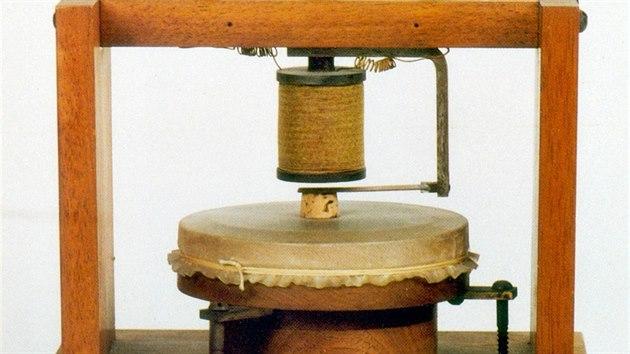 Alexander Graham Bell je považován za vynálezce telefonu. Na snímku replika jeho přístroje z roku 1876.