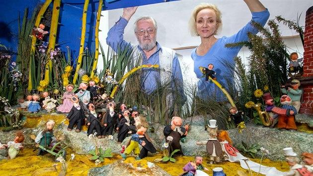 Unikátní dioráma Svatba u Broučků od Jiřího Trnky se vrátilo do Plzně a po restaurování bude dlouhodobě vystaveno v Muzeu loutek v Plzni. Na snímku jsou restaurátoři Jiří Špinka a Elen Kudrová. (14. 6. 2020)