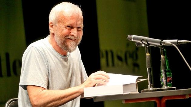 Pasáže z nové knihy o Milanu Kunderovi představil autor Jan Novák na Měsíci autorského čtení v brněnské divadle Husa na provázku. (2. července 2020)