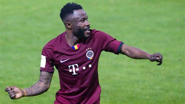 Guélor Kanga ze Sparty oslavuje svou trefu do liberecké sítě ve finále českého poháru.