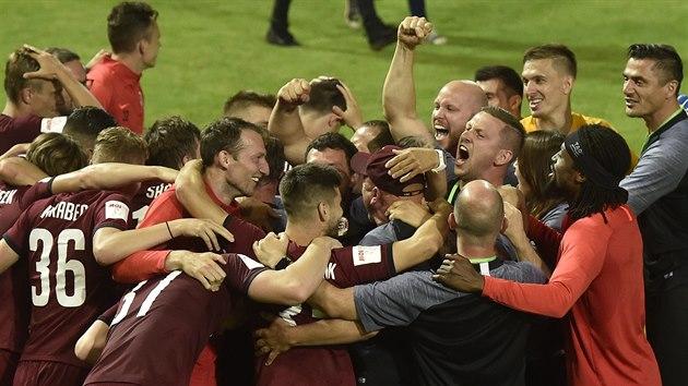 POHÁR JE NÁŠ. Fotbalisté Sparty se radují z vítězství v MOL Cupu, ve finále zdolali Liberec 2:1.