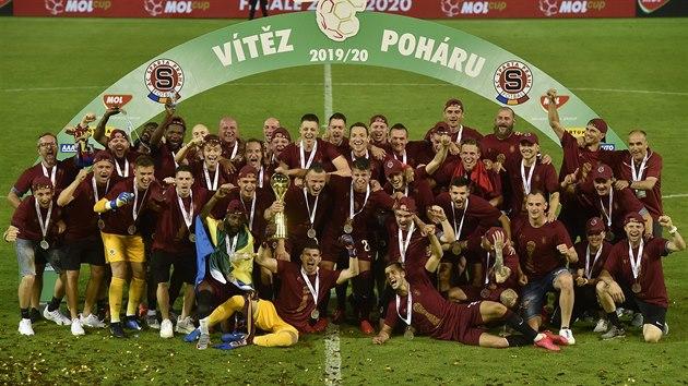 Sparťanští fotbalisté se radují z vítězství v národním poháru, ve finále porazili Liberec 2:1.
